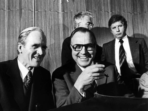 Helmut Kohl (mitte) mit CDU/CSU-Fraktionsführer Karl Carstens (links) in der Nacht als Willy Brandt vom Amt des Bundeskanzlers zurücktrat. (7. Mai 1974)