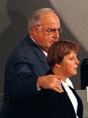 Der CDU-Vorsitzende, Bundeskanzler Helmut Kohl, legt während des CDU-Parteitags am 28. November 1994 in Bonn den Arm um seine Stellvertreterin Angela Merkel.