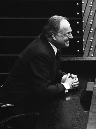 Helmut Kohl (CDU) wartet nach seiner Wahl zum Bundeskanzler am 29.03.1983 im Bonner Bundestag auf seine Vereidigung.