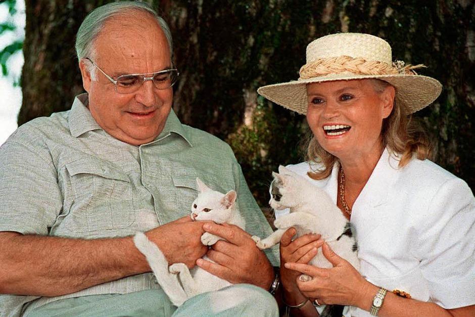 Bundeskanzler Helmut Kohl und seine Frau Hannelore im Urlaub am Wolfgangsee in Österreich 1992 mit jungen Katzen. (Foto: dpa)