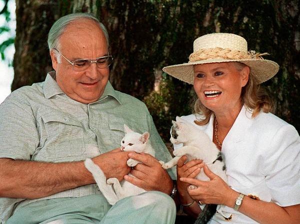 Bundeskanzler Helmut Kohl und seine Frau Hannelore im Urlaub am Wolfgangsee in Österreich 1992 mit jungen Katzen.
