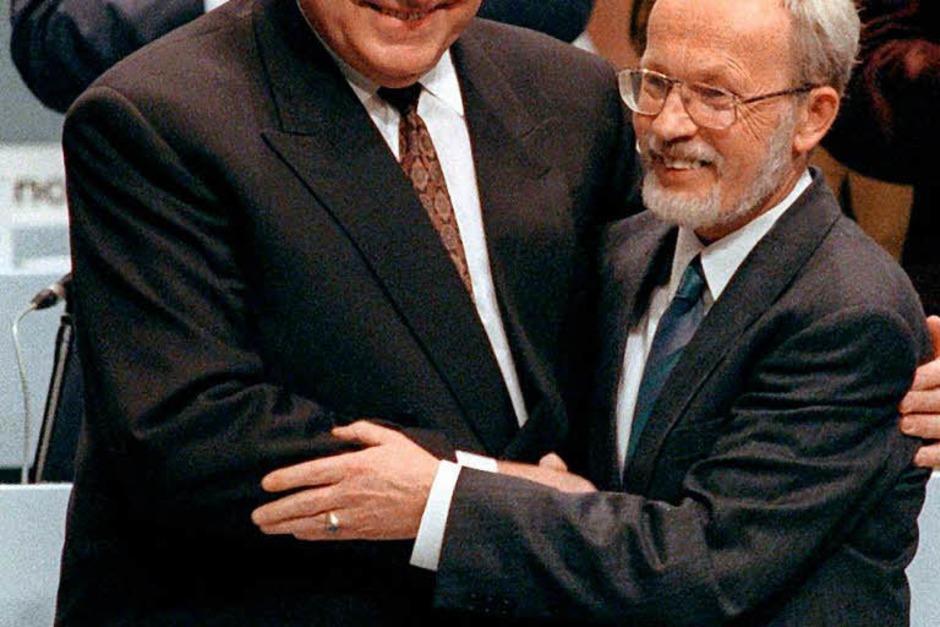 Bundeskanzler Helmut Kohl (l) und der Ministerpräsident der DDR, Lothar de Maiziere, in freundschaftlicher Umarmung auf dem ersten gesamtdeutschen Parteitag der CDU in Hamburg am 1. Oktober 1990. (Foto: dpa)