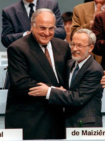 Bundeskanzler Helmut Kohl (l) und der Ministerpräsident der DDR, Lothar de Maiziere, in freundschaftlicher Umarmung auf dem ersten gesamtdeutschen Parteitag der CDU in Hamburg am 1. Oktober 1990.