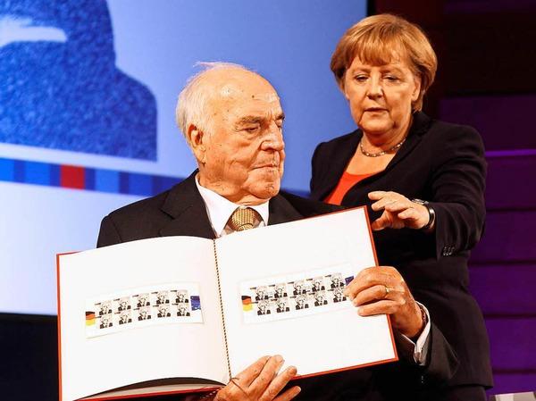 Kanzlerin Angela Merkel übergibt Altkanzler Kohl am 27. September 2012 seine Briefmarken im Deutschen Historischen Museum in Berlin.