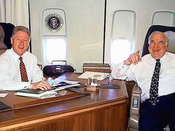 Helmut Kohl und Ex- US-Präsident Bill Clinton am 14. Mai 1998 im amerikanischen Präsidentenflugzeug, der Air Force One.