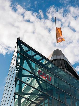 Die Fahne auf dem Dach der CDU-Zentrale weht am 16.06.2017 in Berlin nach Bekanntgabe vom Tod des ehemaligen Bundeskanzlers Helmut Kohl auf halbmast.