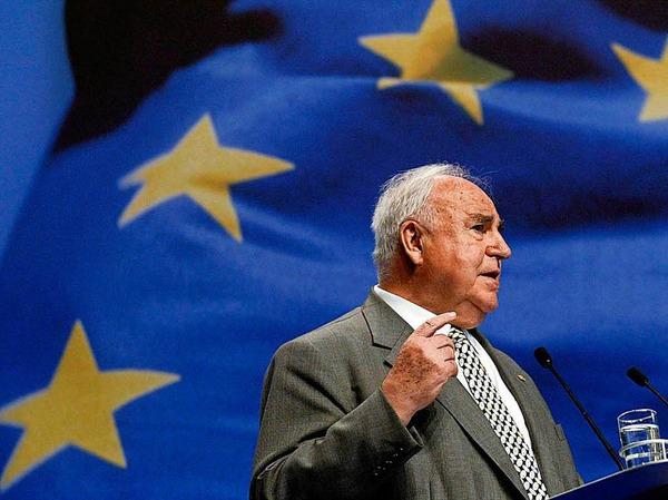 Beim Europa-Wahlkampfauftakt der CDU Deutschland in der Messehalle Saarbrücken spricht am 08.05.2004 der ehemalige Bundeskanzler Helmut Kohl.