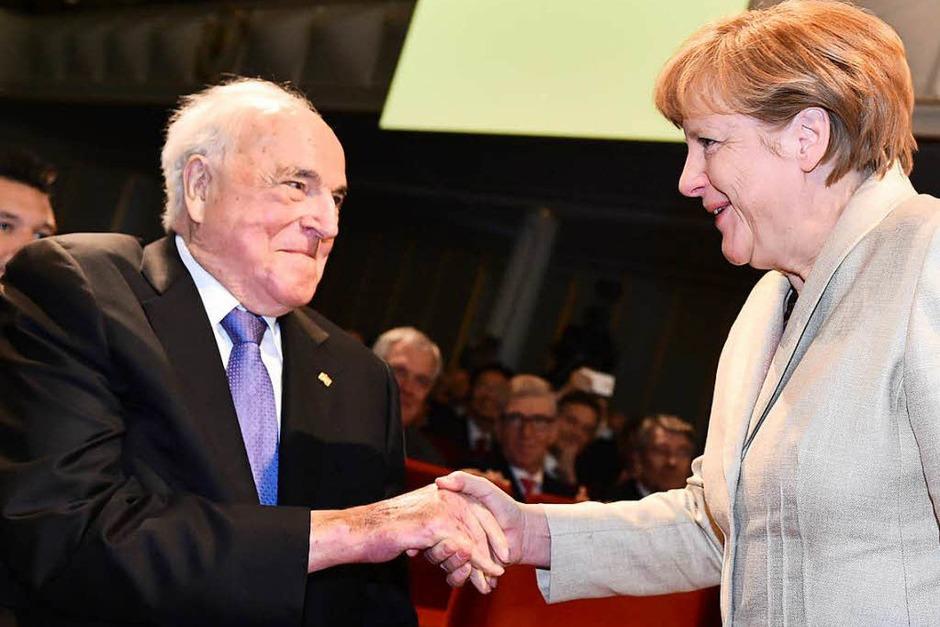 Bundeskanzlerin Angela Merkel (r, CDU) begrüßt am 23.04.2015 in Ludwigshafen (Rheinland-Pfalz) bei einer Feier zum 150-jährigen Bestehen des weltgrößten Chemiekonzerns BASF Ex-Bundeskanzler Helmut Kohl. (Foto: dpa)