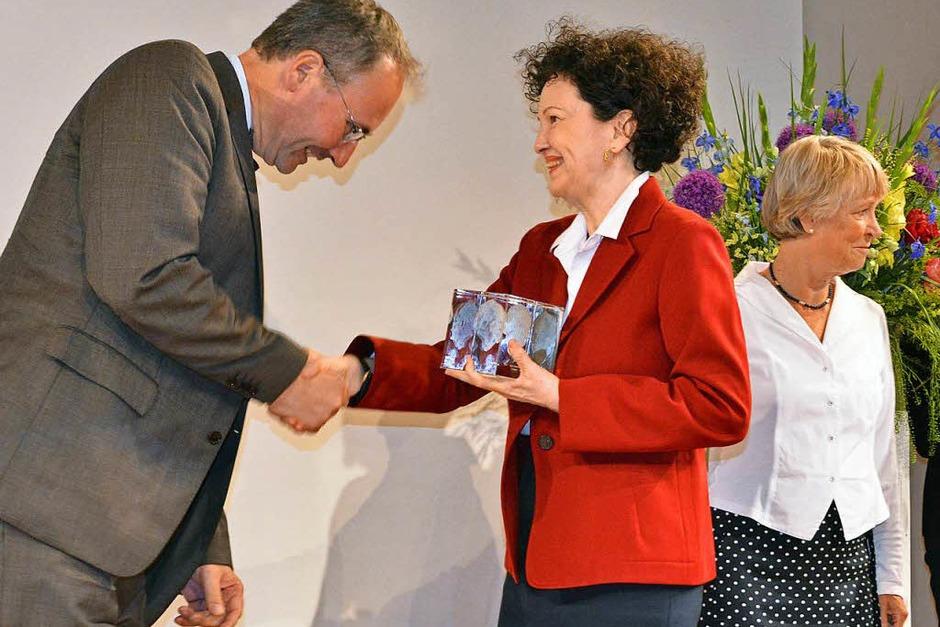 Lady Christiane Dahrendorf gratuliert Marc Rath von der Magdeburger Volksstimme zum ersten Preis. (Foto: Michael Bamberger)