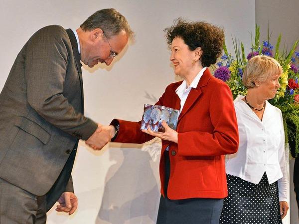 Lady Christiane Dahrendorf gratuliert Marc Rath von der Magdeburger Volksstimme zum ersten Preis.