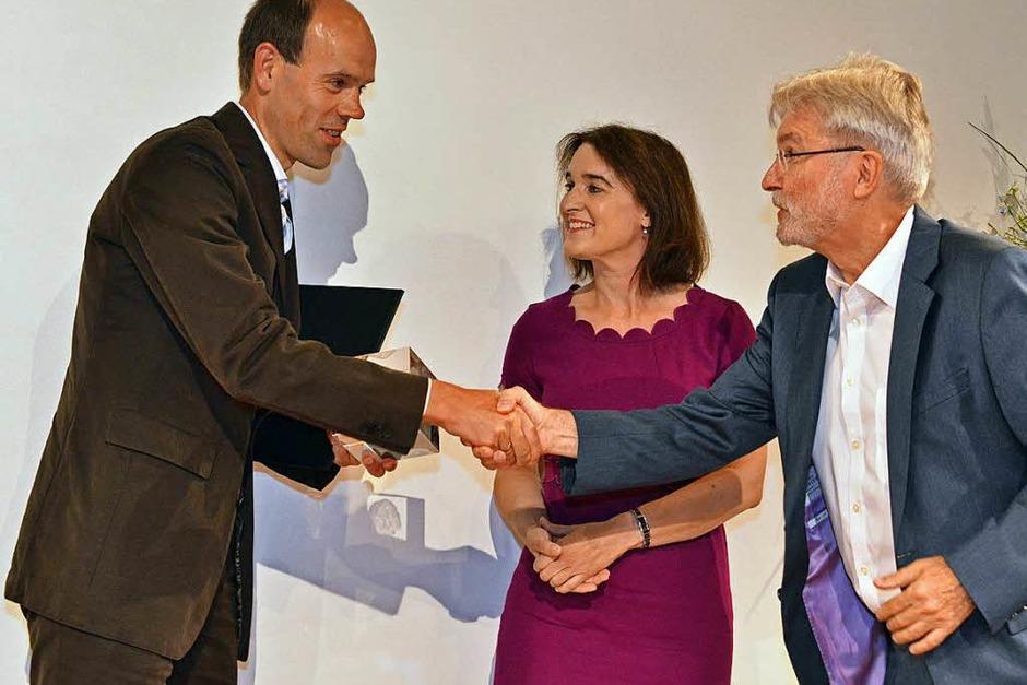 BZ-Herausgeber Thomas Hauser beglückwünscht Volker Boch von der Rhein-Zeitung, der den zweiten Preis erhält. (Foto: Michael Bamberger)