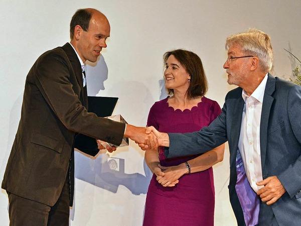 BZ-Herausgeber Thomas Hauser beglückwünscht Volker Boch von der Rhein-Zeitung, der den zweiten Preis erhält.