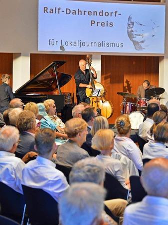 Preisträger, Jurymitglieder und viele Gäste haben sich im Freiburger Konzerthaus bei der Verleihung des Dahrendorf-Preises 2017 versammelt.