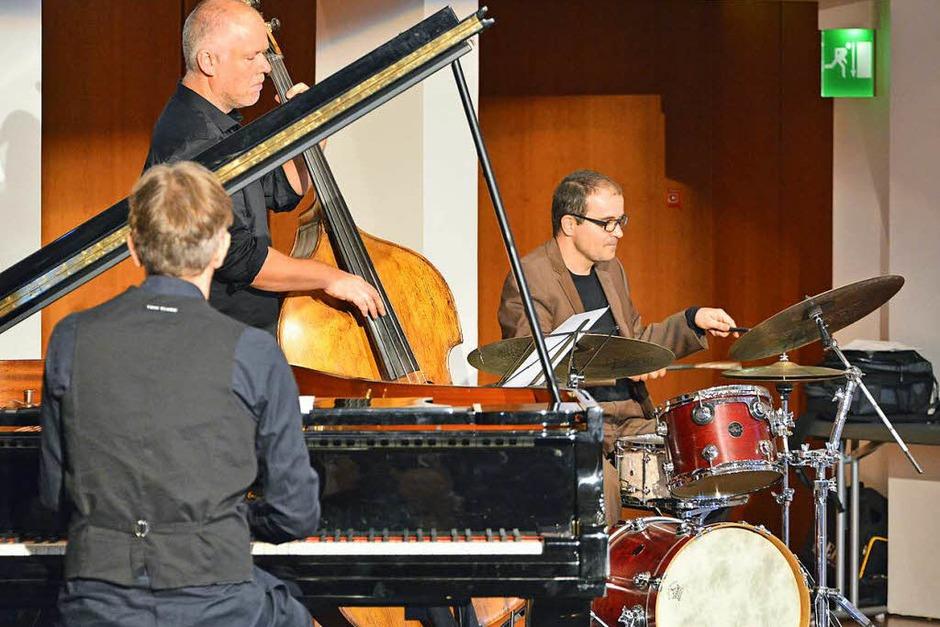 Die jazzigen Klänge des Trios Tales in Tones passten gut zur Veranstaltung. (Foto: Michael Bamberger)