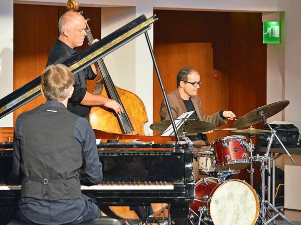 Die jazzigen Klänge des Trios Tales in Tones passten gut zur Veranstaltung.