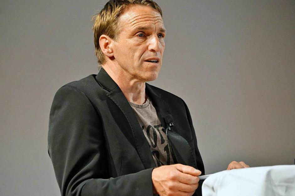 Schauspieler Peter Haug-Lamersdorf gibt den ausgezeichneten Beiträgen (auszugsweise) eine Stimme. (Foto: Michael Bamberger)