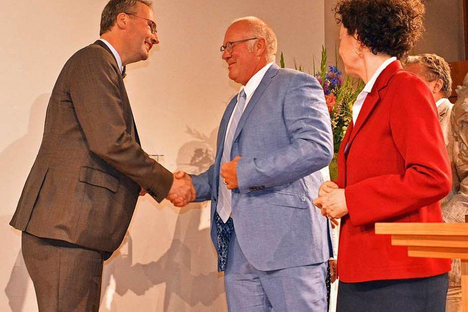 BZ-Verleger Wolfgang Poppen (Mitte) gratuliert Dahrendorf-Preisträger Marc Rath (links). Rechts: Lady Dahrendorf. (Foto: Michael Bamberger)