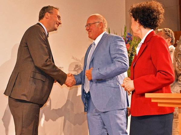 BZ-Verleger Wolfgang Poppen (Mitte) gratuliert Dahrendorf-Preisträger Marc Rath (links). Rechts: Lady Dahrendorf.