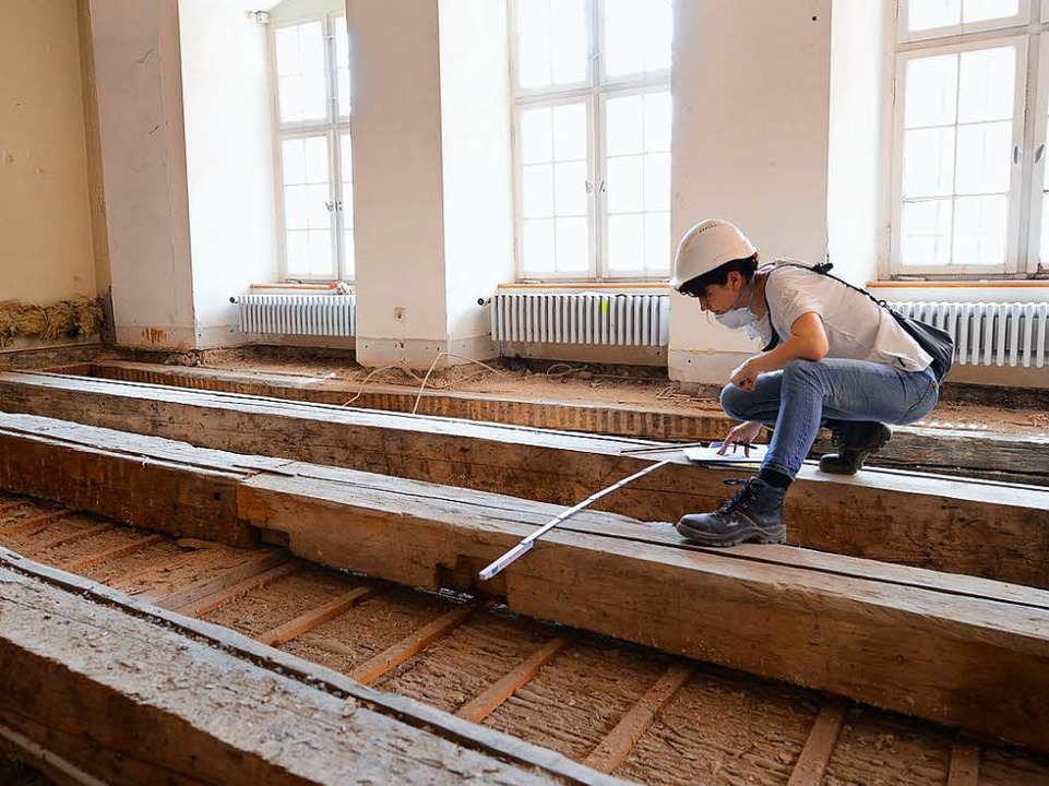 … und die denkmalgeschützten Holzbalken auf den Decken überprüft.  | Foto: Rita Eggstein