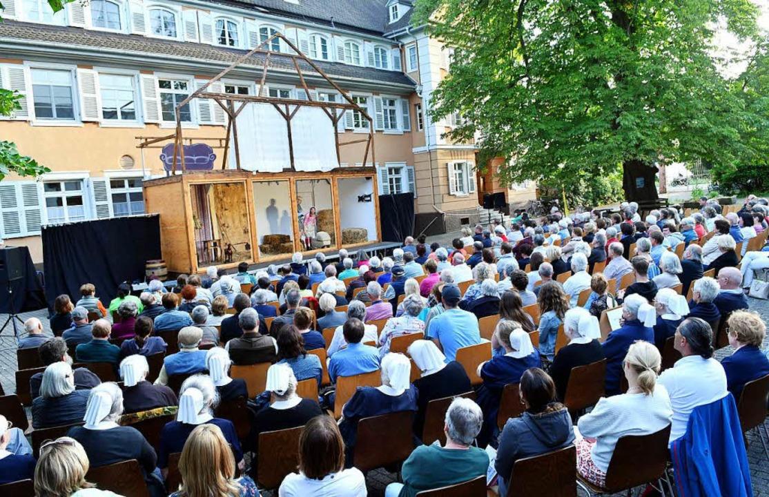 Die Uraufführung im Innenhof des Diakonissenhauses  | Foto: Wolfgang Künstle