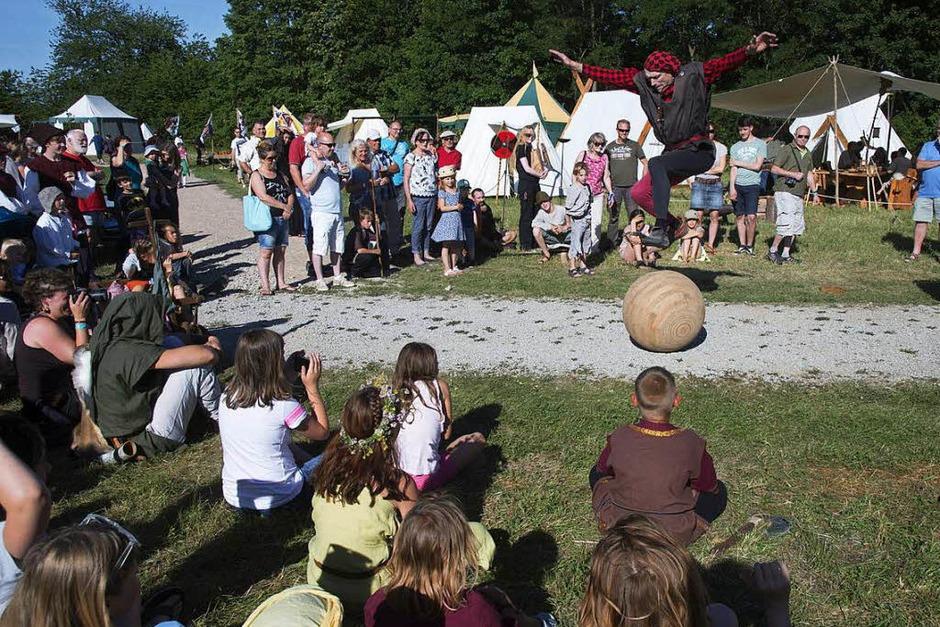 Mittelalter pur wurde den Besuchern am Wochenende im Gewerbebpark Breisgau beim Mittelaltermarkt und der historischen Sonnwendfeier geboten. <?ZP?> (Foto: Volker Münch)