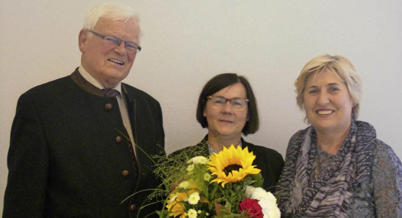 Helmut Eitenbenz, Vorsitzender der Soz...e Zängle (Mitte) zum  Dienstjubiläum.   | Foto: Sozialstation Endingen