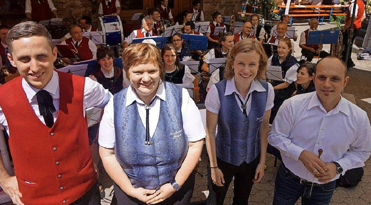 Eingerahmt von MV-Vorsitzendem Julian ...u (Dirigentin) aus Schramberg-Sulgen.   | Foto: Freyer