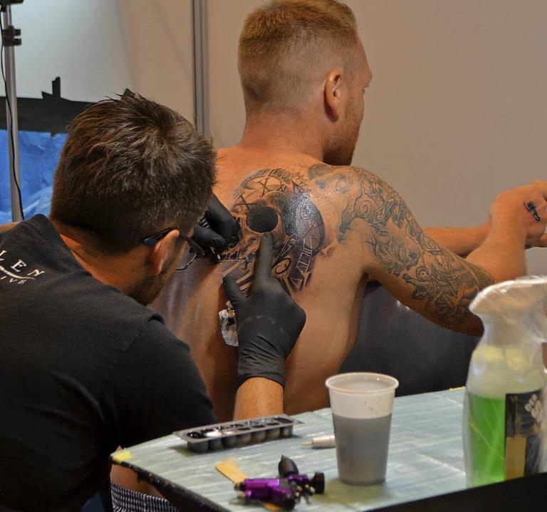 An 120 Ständen konnten sich die Besuch...ie traditionelle Tebori-Tattoo-Kunst.   | Foto: Reimold