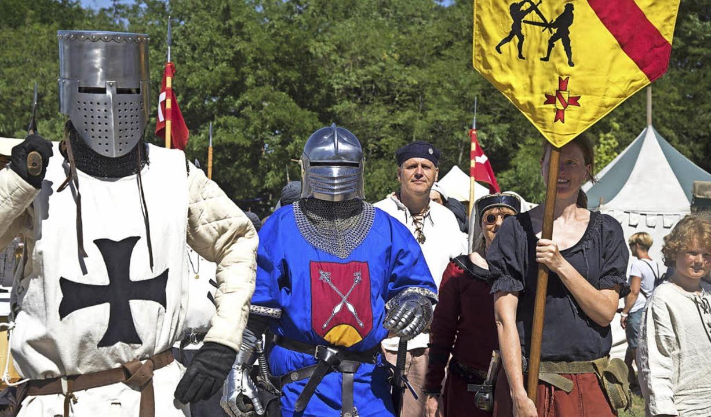 Ritter aus verschiedenen Regionen und ... historischen Sonnwendfeier zu sehen.   | Foto: Volker Münch