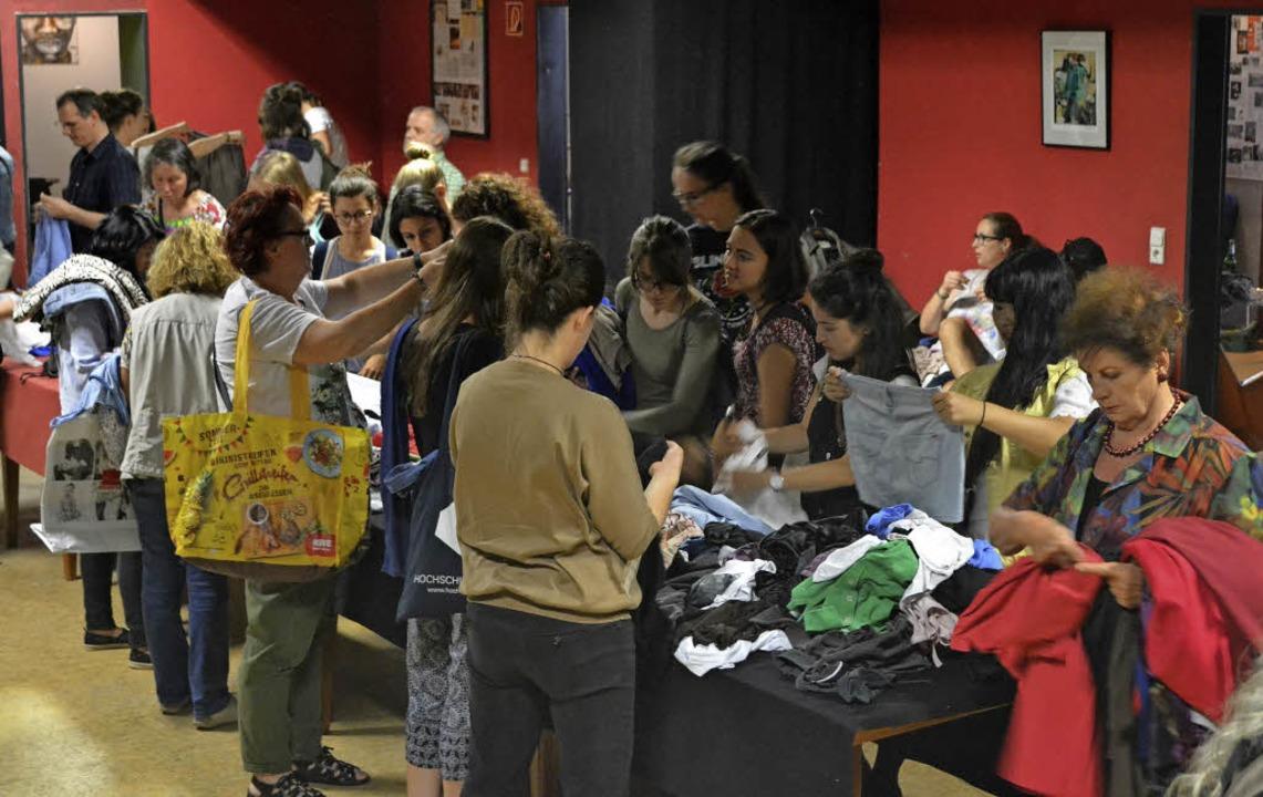 Tauschen statt kaufen: die Kleidertauschbörse im KiK ist gefragt.   | Foto: Karin Reimold