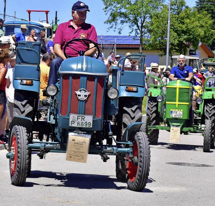 Und dann wurde es laut: Die große Traktoren-Parade begann.  | Foto: Dieter Erggelet