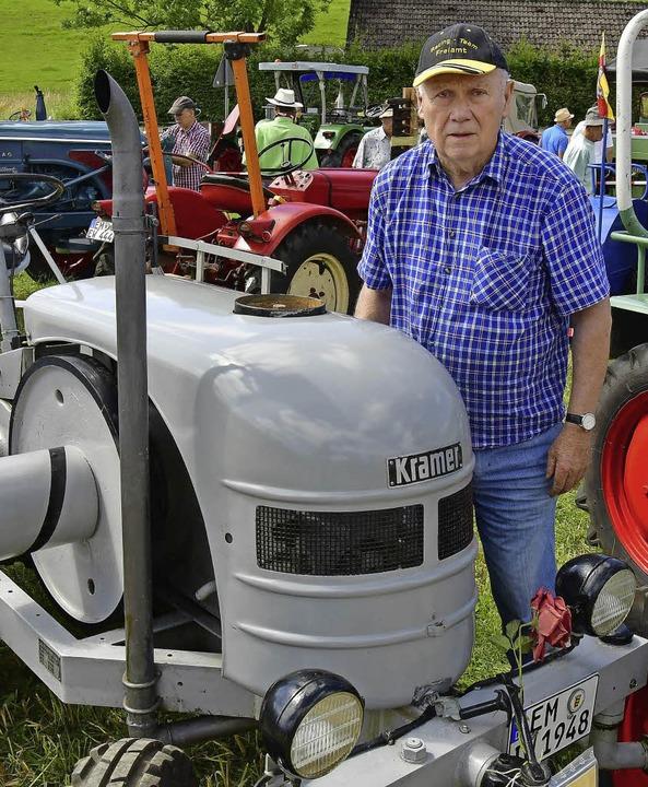 Anschauungsunterricht gibt Wilhelm Her...us Teningen mit seinem Kramer-Traktor.  | Foto: Dieter Erggelet