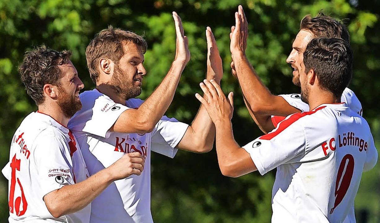 Die Löffinger Spieler bejubeln das 2:0...hael Fuß und rechts  Benjamin Gaudig.   | Foto: Wolfgang Scheu