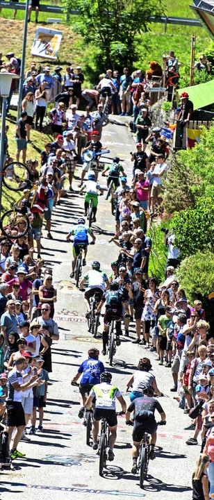 Zuschauerspalier wie bei der Tour de France: der  Anstieg in Aftersteg    Foto: Patrick Seeger