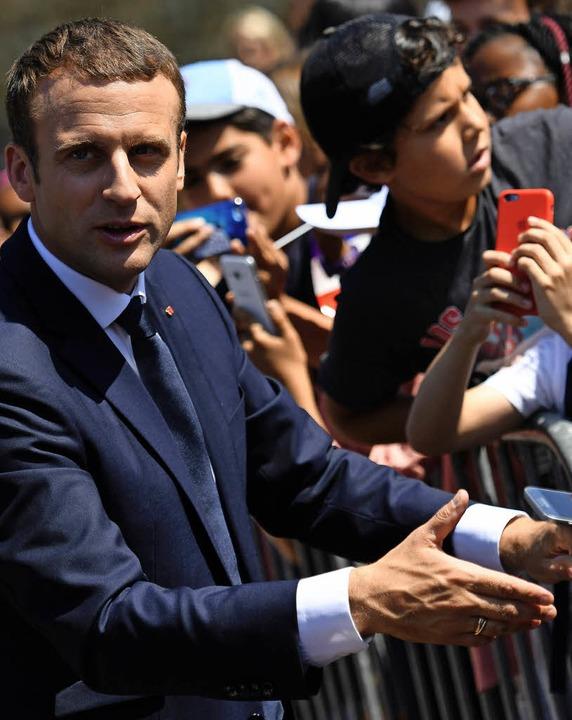 Frankreichs Präsident Emmanuel Macron am Sonntag nahe Paris   | Foto: AFP