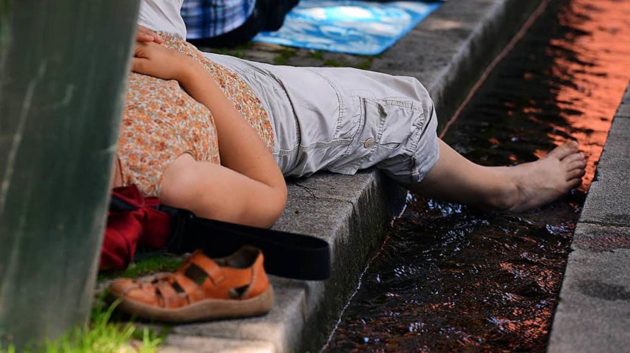 Im Breisgau sind am Dienstag bis zu 35...hilft nur, die Füße ins Bächle halten.    Foto: dpa