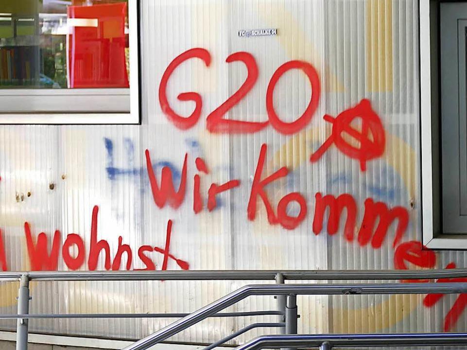 Schmierereien am Rathauseingang  | Foto: Ralf H. Dorweiler