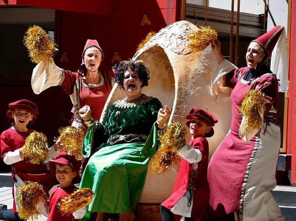 Begeisterungsschreie der Königin (Yvonne Dewaldt) angesichts des vielen Goldes, das ihr der Steuereintreibungstag beschert hat