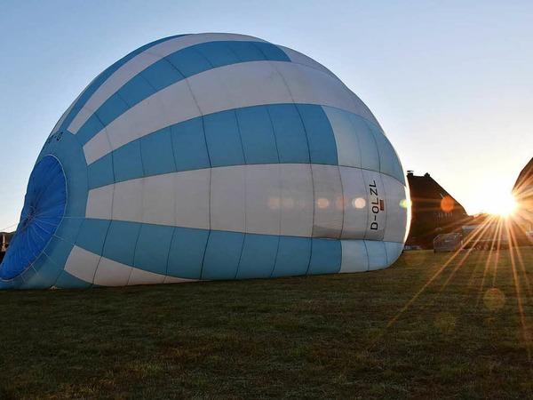 Zunächst wird der Ballon mit Luft gefüllt.