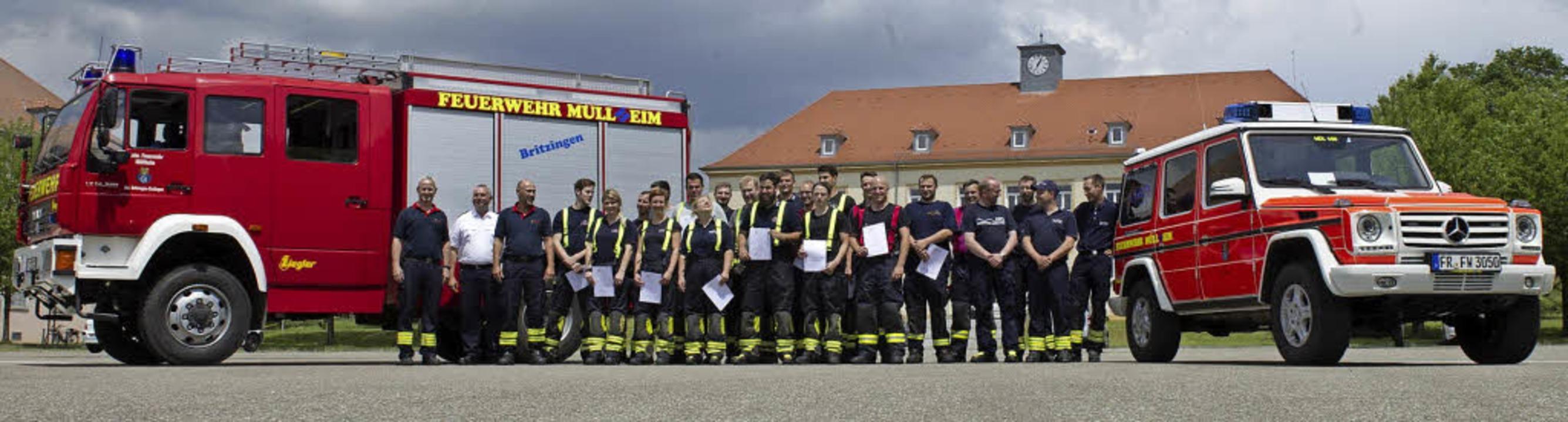 Das Abschlusszertifikat in der Hand: die Teilnehmer des Truppführer-Lehrgangs  | Foto: Volker Münch