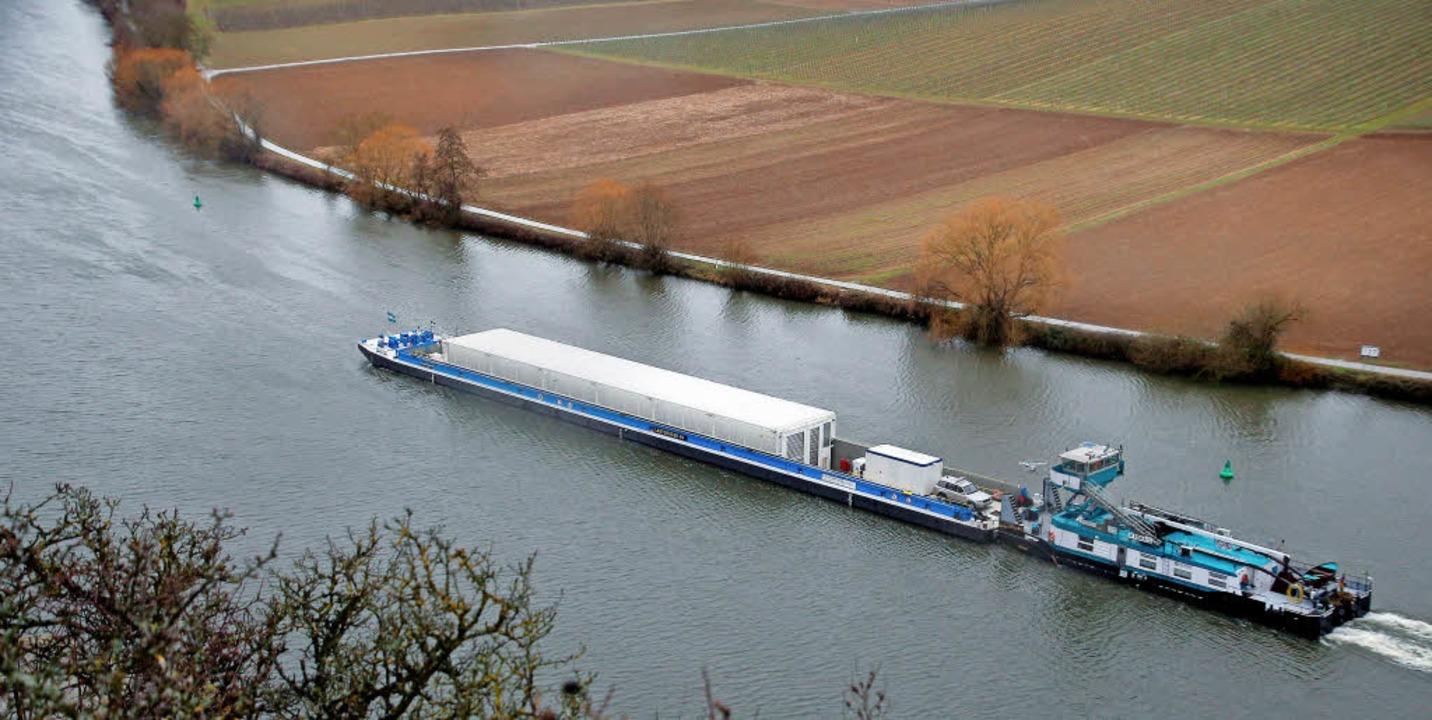 Ein Schiff mit leeren Castor-Behältern...ar auf dem Neckar bei Neckarwestheim.   | Foto: dpa
