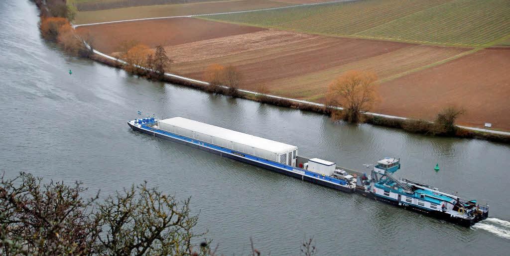 Ein Schiff mit leeren Castor-Behältern bei einer Testfahrt im Februar auf dem Neckar bei Neckarwestheim