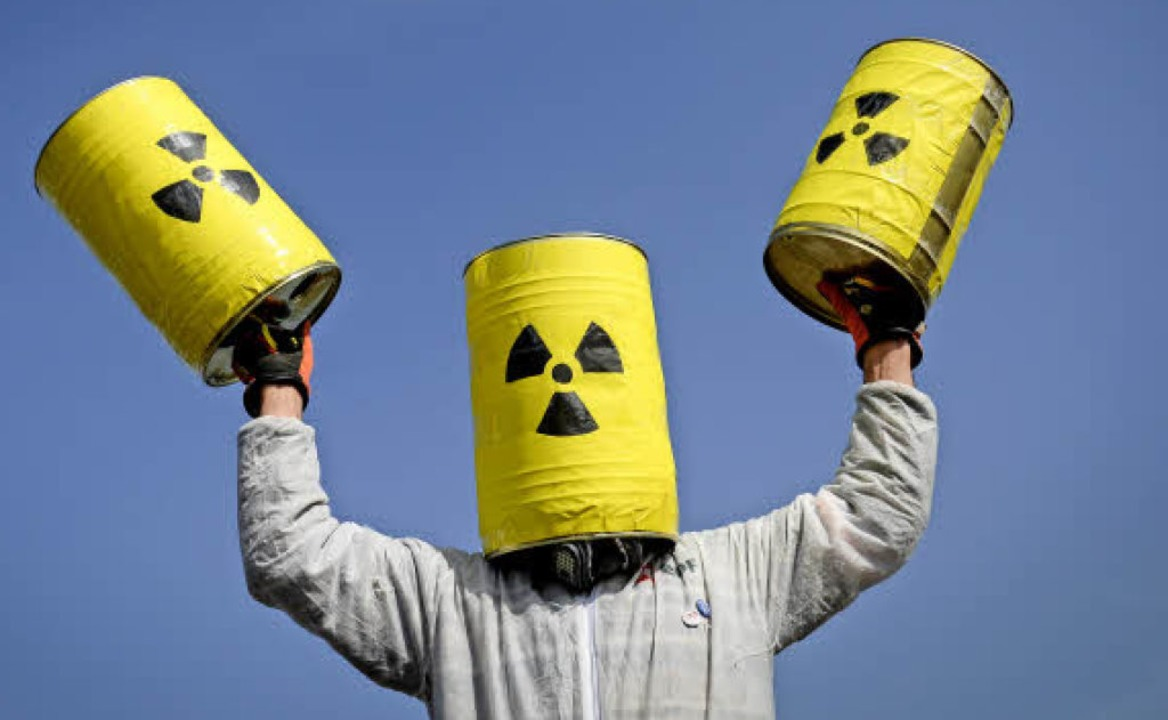 Ein Aktivist demonstriert im März für ...ung des Atomkraftwerks in Fessenheim.   | Foto: archivfoto: AFP