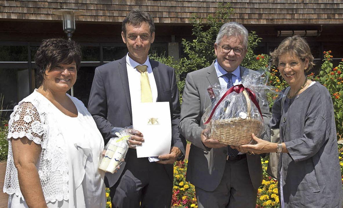 Der Förderbescheid für Balinea-Geschäf... Landrätin Marion Dammann (von links).  | Foto: Volker Münch