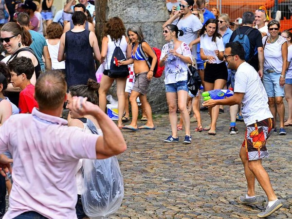 Wasserschlacht auf dem Augustinerplatz: Die Munition stammte auch in diesem Jahr aus dem Bächle.