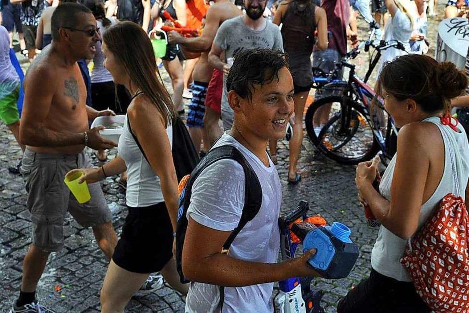 Wasserschlacht auf dem Augustinerplatz: Die Munition stammte auch in diesem Jahr aus dem Bächle. (Foto: Daniel Thoma)