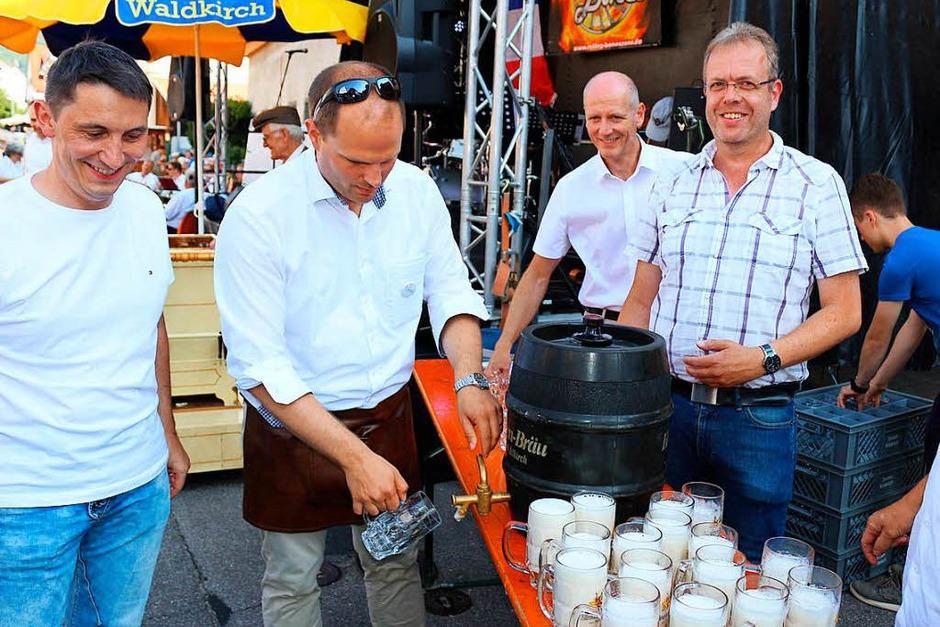 Mit zwei kräftigen Schlägen von Oberbürgermeister Roman Götzmann saß der Hahn im Fass, welches die Hirschen-Brauerei gespendet hatte. Doch leider war zu viel Druck im Fass, so dass der Zapfhahn wieder hinaus geschossen kam. (Foto: Karin Heiß)