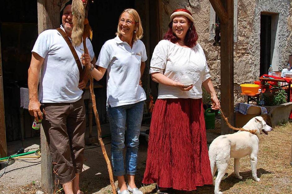 Die Akteure von damals kehrten gerne an den Tatort zurück. Auch Hund Boss spielte beim Freilichtspiel mit. (Foto: Jutta Binner-Schwarz)
