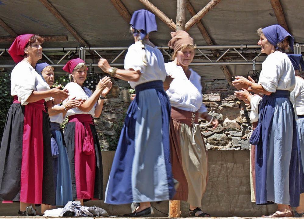 Zum Markttreiben gehört ein Tanz der Frauen.   | Foto: Dorothée Kuhlmann