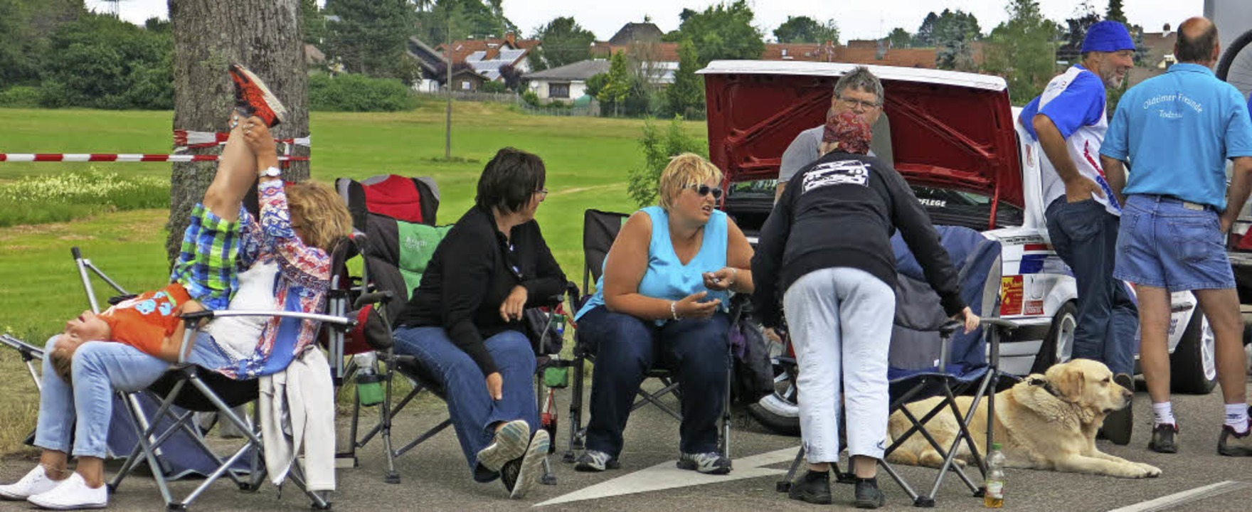 Familiäre Fan- und Fahrerlager  verdeu...spannte Stimmung zwischen den  Rennen.  | Foto: E: Morath